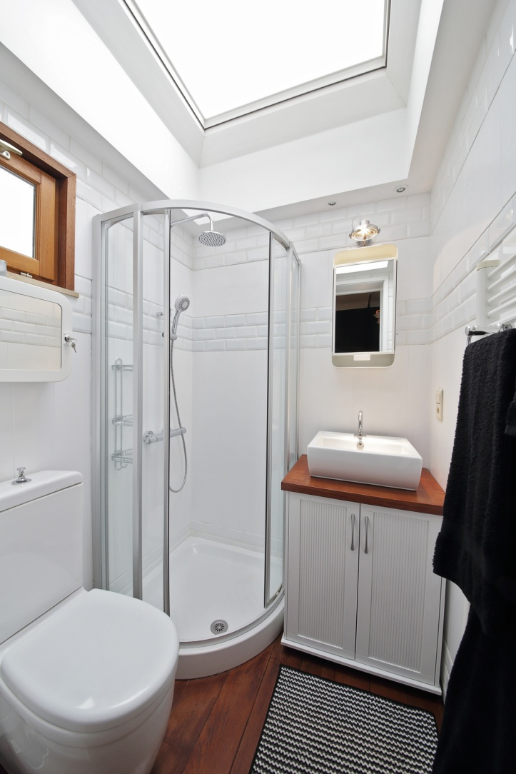 petite salle de bain avec cabine de douche